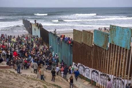 Das 2 mil pessoas que iniciaram a marcha, aproximadamente 200 teriam chegado à fronteira, na tentativa de entrar nos Estados Unidos