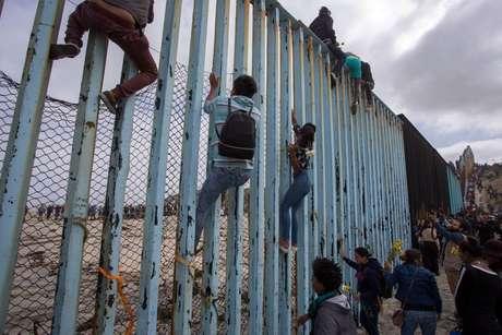 """""""Nós, imigrantes, não somos criminosos, somos trabalhadores internacionais"""", diz a letra de uma música repetida na fronteira pelos refugiados"""
