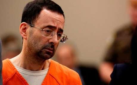 O ex-médico Larry Nassar foi condenado entre 40 e 175 anos de prisão depois de ser acusado por mais de molestar mais de 100 mulheres. Larry Nassar já tinha pego 60 anos de prisão por posse de pornografia infantil e assumiu no julgamento ter molestado sete mulheres. Dentre as vítimas, ginastas campeãs olímpicas.