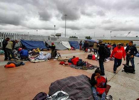 Caravana de migrantes na fronteira entre México e EUA