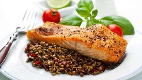 Salmão e lentilhas estão entre os alimentos que, segundo o estudo, ajudaram a atrasar a menopausa em um ano e meio, em média