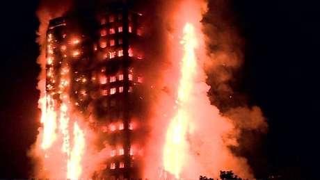 Incêndio no edifício Grenfell, em Londres, no ano passado: revestimento derivado de plástico teria contribuído para que o fogo se espalhasse rápido