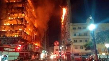 Chamas teriam começado por volta de 1h30. Cerca de uma hora depois o prédio desabou. Bombeiros tentavam auxiliar uma vítima que estava no edifício quando a estrutura caiu | Fonte: Corpo de Bombeiros