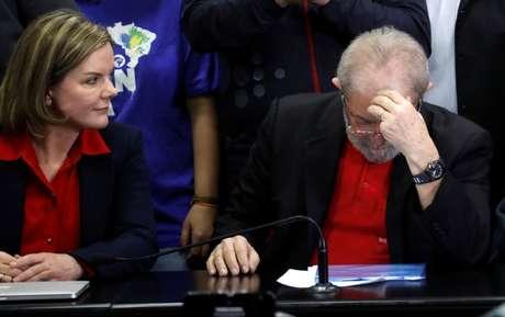 Senadora Gleisi Hoffmann, presidente nacional do PT, e ex-presidente Luiz Inácio Lula da Silva 13/07/2017 REUTERS/Nacho Doce