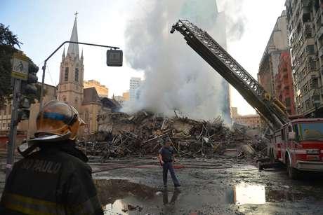 Corpo de Bombeiros fazem rescaldo dos escombros do edifício que desabou, após pegar fogo na madrugada de hoje (1º), no centro da capital paulista.