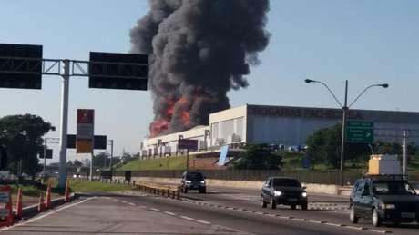 Galpão da Drogaria Pacheco, na Rodovia Presidente Dutra, no Rio de Janeiro pegou fogo na manhã desta terça-feira