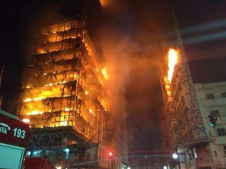Incêndio em prédio do centro de São Paulo deixa um morto e três pessoas desaparecidas