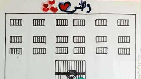 """""""Minha pátria"""", diz a legenda acima do desenho. Mais de 118 mil sírios foram presos ou desapareceram desde 2011. A grande maioria foi detida por forças governamentais, de acordo com a Rede Síria pelos Direitos Humanos, um grupo de monitoramento internacional."""