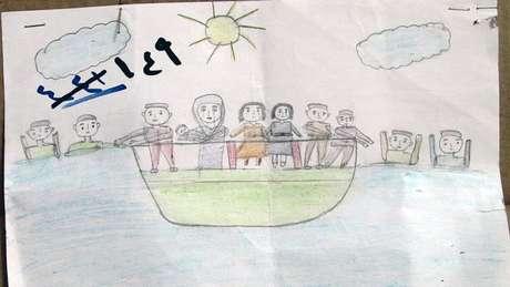 Mais da metade da população da Síria foi desalojada por causa da guerra. Mais de 5,6 milhões sírios deixaram o país. Apesar dos riscos em cruzar o mar Mediterrâneo em embarcações inadequadas e controladas por coiotes - muitos barcos viraram ou naufragaram, deixando centenas de mortos - milhares de refugiados têm buscado asilo na Europa. Desenho feito por uma criança mostra uma embarcação no mar com um grupo de pessoas à bordo e outras na água.