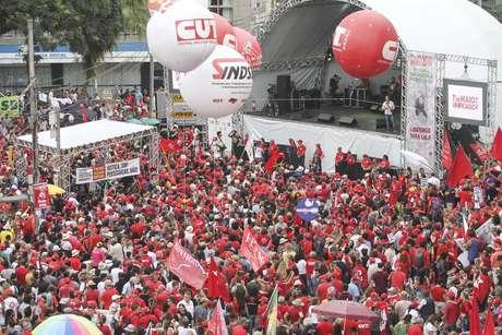 Ato unificado na Praça Santos Andrade em Curitiba (PR)