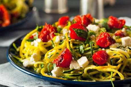 Macarrão de abobrinha com pedaços de tomate e queijo