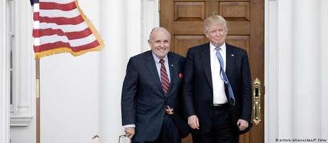 Ex-prefeito de Nova York Rudolph Giuliani posa com Donald Trump, recém-eleito presidente dos EUA, no fim de 2016