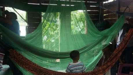 Casas ribeirinhas na Amazônia, feitas de madeira, têm muitas frestas para entrada do mosquito. Mosquiteiros ajudam a evitar picadas durante a noite.