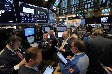 Operadores trabalham na New York Stock Exchange (NYSE) em Nova York, EUA 14/03/2018 REUTERS/Andrew Kelly
