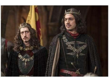 """De """"Deus Salve o Rei"""", Rodolfo (Johnny Massaro) conta verdade sobre Catarina (Bruna Marquezine) para Afonso (Romulo Estrela)"""
