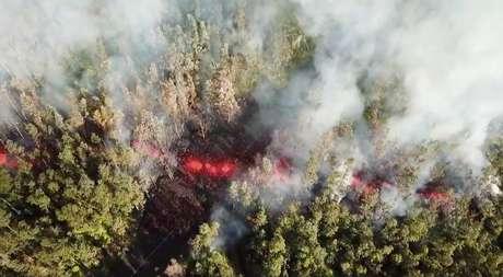 Lava emerge do solo após erupção do vulcão Kilauea, no Havaí