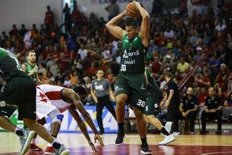 Rafael Hettsheimeir, foi dono de um duplo-duplo, conquistado com 23 pontos e 14 rebotes (Foto: Divulgação/NBB)