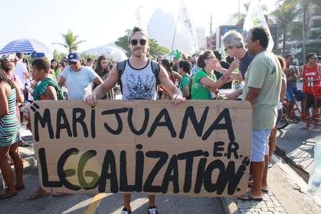 Marcha da Maconha na Praia do Leblon em frente ao Jardim de Alah, zona sul do Rio de Janeiro (RJ), neste sábado (5)