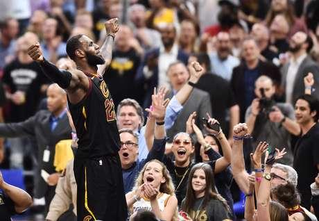 LeBron James mais uma vez foi o cestinha da partida e responsável pelos últimos pontos