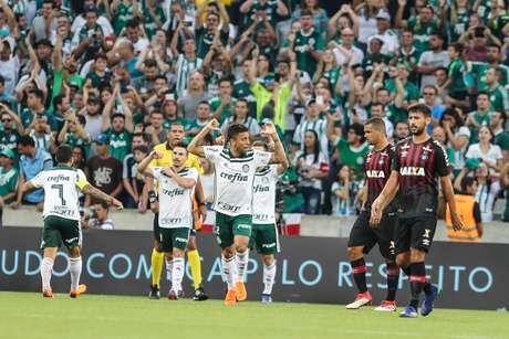 Marcos Rocha (encoberto), jogador do Palmeiras, comemora seu gol durante partida contra o Atlético-PR, válida pela quarta rodada do Campeonato Brasileiro 2018.