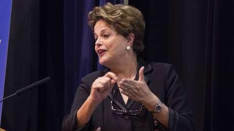 """Dilma criticou a prisão de Lula e disse que o correligionário está numa """"solitária"""" no Paraná"""