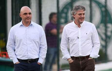 Maurício Galiotte, vice-presidente, e Nobre durante treino do Palmeiras em 2016 (Foto: Cesar Greco)