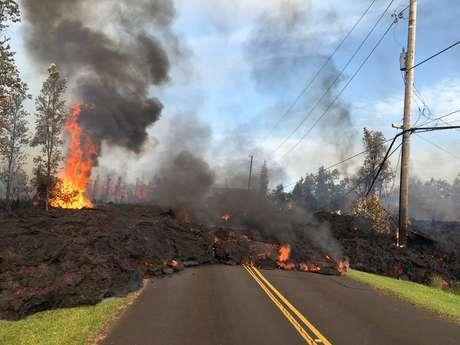 Lava avança sobre via em Leilani Estates, no Havaí