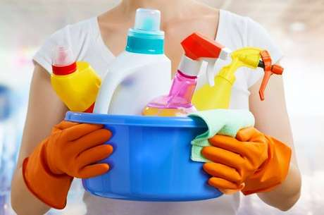 Produtos de limpeza dentro de um recipiente