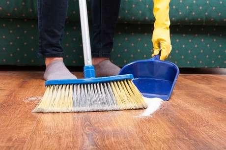 Chão sendo varrido