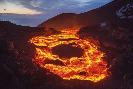 A lava excede mil graus de temperatura e pode se mover a uma velocidade que varia de 1 quilômetro por dia a 10 quilômetros por hora