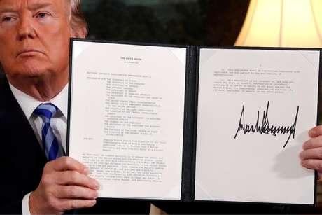 Trump apresenta documento oficializando intenção de retirar EUA do acordo nuclear com o Irã 08/05/2018 REUTERS/Jonathan Ernst