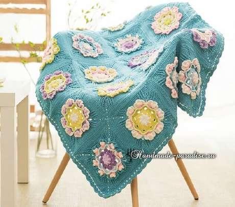 26. Colcha azul com flores sobre cadeira