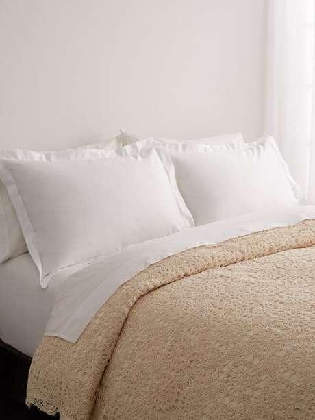 42. Colcha de cama de crochê bege