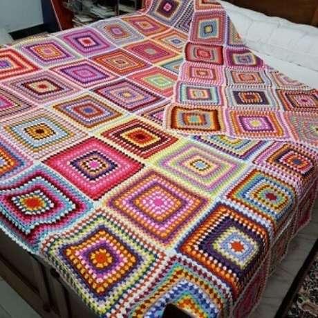 52. Colcha de crochê colorida com quadrados de cores variadas