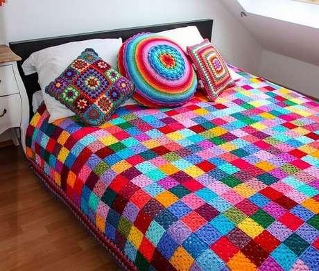39. Colcha de crochê colorida com almofadas combinando