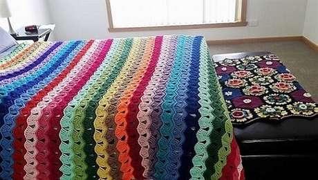 5. Aqui temos uma colcha de crochê colorida com muitas cores