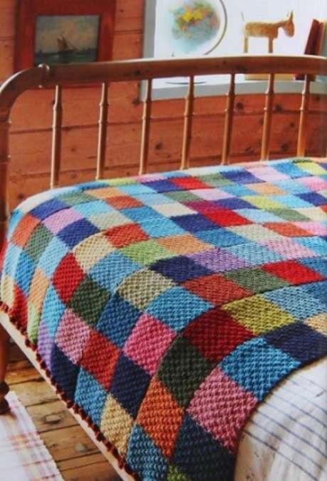 55. Colcha de crochê colorida com quadrados de cores diversas