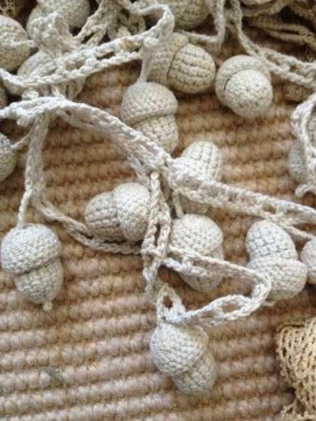 25. Colcha de crochê com detalhe que imita avelã