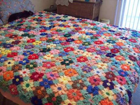 13. Esta colcha é feita de flores coloridas unidas