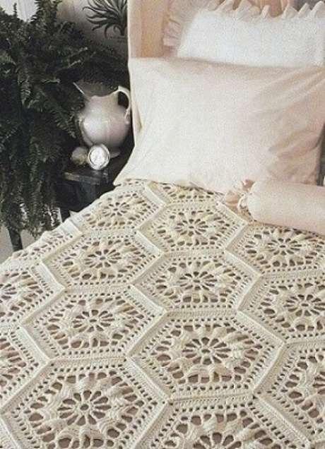 40. Colcha de cama de crochê com hexágonos