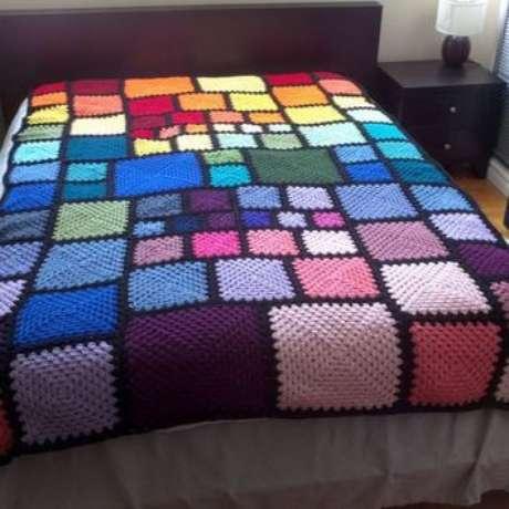 21. Colcha de crochê colorida com quadrados de várias cores