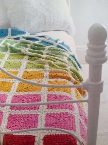44. Colcha de cama de crochê com as cores do arco-íris