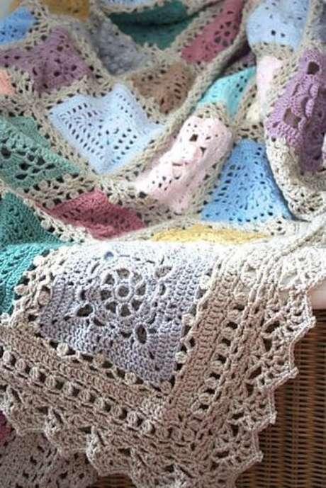 24. Colcha de crochê colorida com cores pasteis
