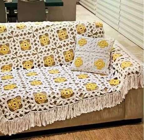 33. Colcha sobre o sofá com almofada decorativa combinando