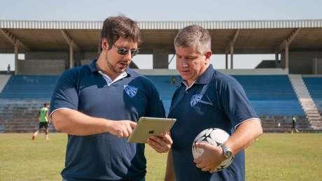 Dirigentes do Cruzeiro-RS conversando no campo: investidores poderão definir a escalação do time