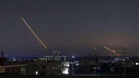 Mísseis sendo avistados no céu de cidade síria de Deraa na madrugada desta quinta-feira