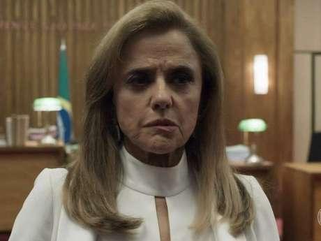 """Em """"O Outro Lado do Paraíso"""", Sophia (Marieta Severo) termina a novela em hospício!"""