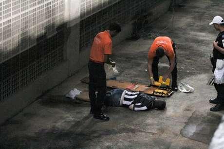 Torcedor caiu no fosso do estádio Nilton Santos (Foto: Rodrigo Chadí/Fotoarena/Agência Lancepress!)