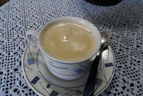 Xícara de café-com-leite incrementado com café cremoso