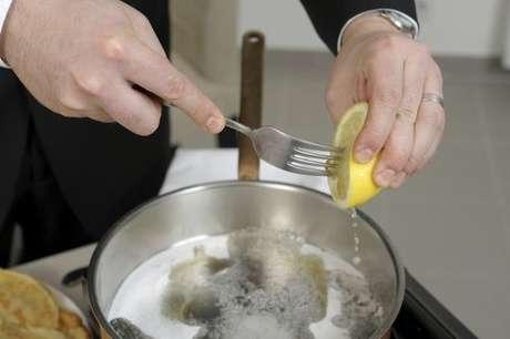 Gotas de limão sendo adicionadas à panela do cozimento